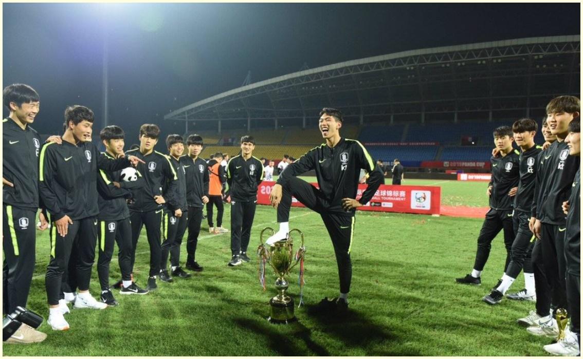 韓国U18,トロフィー踏み付け,選手,誰,名前,経歴,画像,謝罪コメント